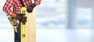 Bouwer met niveau en houten planken Stock Afbeelding