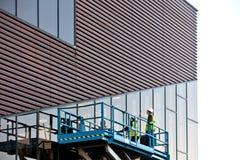 Bouwer op een Platform van de Schaarlift bij een constructi Stock Afbeelding