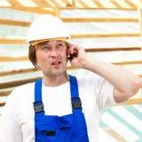 Bouwer op mobiele telefoon Stock Foto's