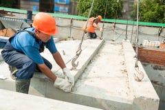 Bouwers die bij de residental huisbouw werken stock foto