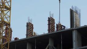 Bouwers die concrete muren, woningbouw, bedrijfsveiligheid installeren stock video