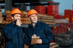 bouwers in helmen die met buiten walkie-talkie werken stock illustratie