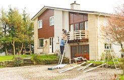 Bouwers op het werk: het huis verbeteringen. Royalty-vrije Stock Foto's