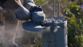 Bouwers` s scherp hulpmiddel van een concrete kolom Vonken van metaal en concreet stof stock video