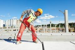 Bouwersarbeider die concrete plak installeren stock afbeelding