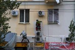 Bouwersarbeider het schilderen voorgevel van de bouw van huis in Volgograd royalty-vrije stock foto's