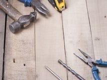 Bouwhulpmiddelen op houten achtergrond Exemplaarruimte voor tekst Reeks van geassorteerd het werkhulpmiddel bij houten lijst Hoog Royalty-vrije Stock Foto's