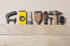 Bouwhulpmiddelen op houten lijst met van de de timmermanswerkplaats van de zaagselschrijnwerker de hoogste mening Exemplaarruimte Stock Afbeelding