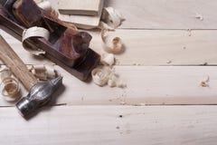 Bouwhulpmiddelen op houten lijst met van de de timmermanswerkplaats van de zaagselschrijnwerker de hoogste mening Exemplaarruimte Royalty-vrije Stock Foto