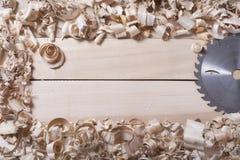 Bouwhulpmiddelen op houten lijst met van de de timmermanswerkplaats van de zaagselschrijnwerker de hoogste mening Exemplaarruimte Stock Foto