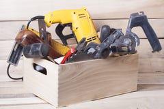 Bouwhulpmiddelen op houten lijst met van de de timmermanswerkplaats van de zaagselschrijnwerker de hoogste mening Exemplaarruimte Royalty-vrije Stock Foto's