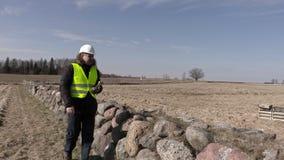 Bouwinspecteur die steenmuur controleren stock footage