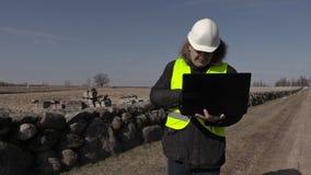 Bouwinspecteur die steenmuur controleren stock videobeelden