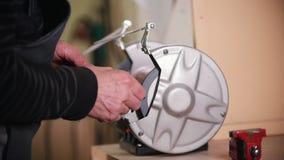 Bouwinstallatie Een arbeider die hoeken op een schroef maken die een malende machine met behulp van stock video