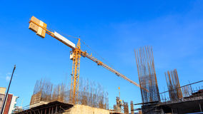 Bouwkraan en bouwwerf onder blauwe hemel royalty-vrije stock afbeelding