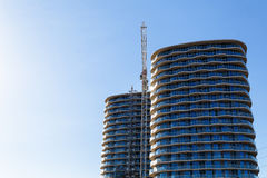 Bouwkraan en bouwwerf onder blauwe hemel Stock Fotografie
