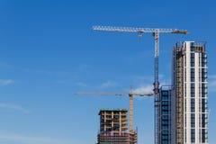 Bouwkraan en bouwwerf onder blauwe hemel Stock Foto