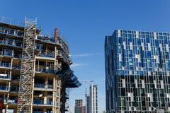Bouwkraan en bouwwerf onder blauwe hemel Royalty-vrije Stock Foto