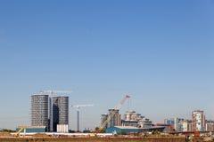 Bouwkraan en bouwwerf onder blauwe hemel Stock Afbeeldingen