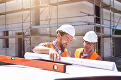 Bouwmanager en architect op plaats tijdens de bouw van een huis - planning en controle op plaats - groepswerk stock foto's