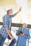 Bouwmanager het inspecteren verbindingen op plafond royalty-vrije stock foto's