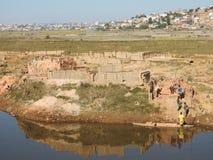 Bouwstenen, Steenstapelaars door vervoerboot, Antananarivo Stock Foto