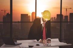 Bouwsupervisor die in het bureau werken royalty-vrije stock foto's