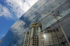 Bouwterrein dat door de Voorzijde van het Glas wordt weerspiegeld Stock Afbeeldingen