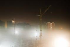 Bouwterrein in de mist van de nacht Stock Afbeeldingen