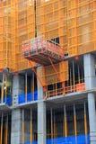 Bouwterrein met balken en steunregeling op elke vloer in aanbouw stock fotografie