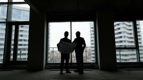 Bouwvak: twee bemannen met blauwdruk stock video