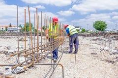 Bouwvakker bindende versterkt rebar voor concrete kolom Stock Foto