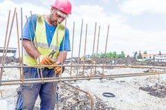 Bouwvakker bindende versterkt rebar voor concrete kolom Royalty-vrije Stock Afbeeldingen