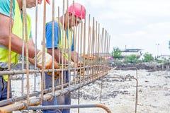 Bouwvakker bindende versterkt rebar voor concrete kolom Stock Foto's