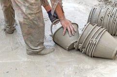 Bouwvakker die Cement mengt Stock Foto