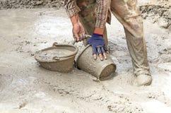 Bouwvakker die Cement mengt Stock Foto's