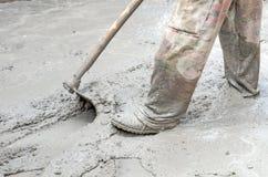 Bouwvakker die Cement mengt Stock Fotografie