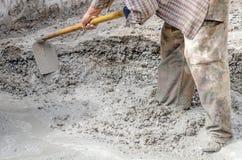 Bouwvakker die Cement mengt Stock Afbeeldingen