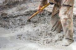 Bouwvakker die Cement mengt Royalty-vrije Stock Fotografie