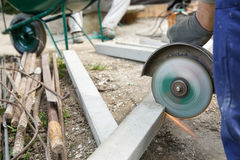 Bouwvakker die een gewapend beton pijler snijden Stock Fotografie