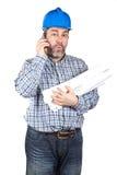 Bouwvakker die met telefoon spreekt Stock Foto's
