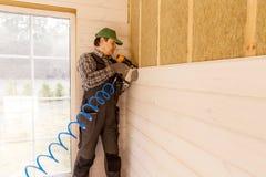 Bouwvakker die thermaal huis van het eco het houten kader isoleren stock foto