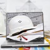 Bouwvakker, huisplannen en laptop Royalty-vrije Stock Afbeelding
