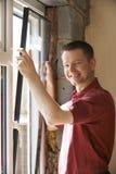 Bouwvakker Installing New Windows binnenshuis royalty-vrije stock foto