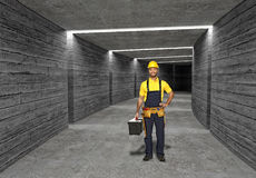 Bouwvakker op concrete tunnelachtergrond Royalty-vrije Stock Fotografie