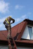 Bouwvakker op een dak royalty-vrije stock afbeeldingen