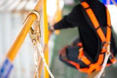 Bouwvakker veiligheidsuitrusting dragen en veiligheidslijn die bij de bouw werken royalty-vrije stock foto