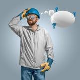 Bouwvakkerbouwer die in helm met toespraakbel denken Royalty-vrije Stock Afbeeldingen