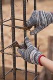 Bouwvakkerhanden die met scharen aan fixin werken Stock Afbeelding