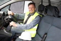 Bouwvakkermens in autobestelwagen en geel vest stock foto's
